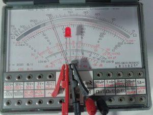 Comprobación de un LED midiendo Resistencia con un Polímetro Analógico