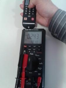 Comprobación de un Mando a Distancia con un Diodo infrarrojo (IRED) midiendo Tensión Alterna con un Polímetro Digital