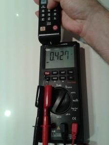 Comprobación de un Mando a Distancia con un Diodo infrarrojo (IRED) midiendo Tensión Continua con un Polímetro Digital