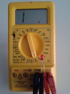 Comprobación de un LED midiendo Resistencia con un Polímetro Digital