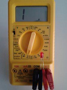 Comprobación de un LED midiendo en Test de Continuidad con un Polímetro Digital