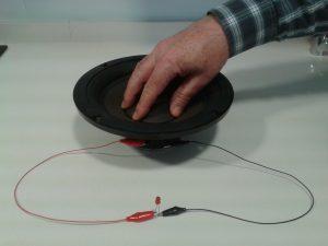 Comprobacion de un LED con un Altavoz grande