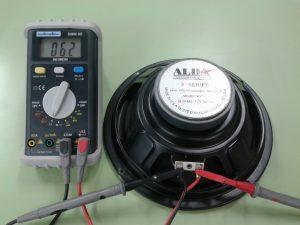 Altavoz Dinámico con bobina móvil correcta o bobina móvil atascada o roza o diafragma rajado, etc.