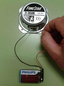 Comprobación de un Altavoz Dinámico (bobina móvil) con una Pila
