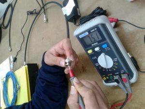 Comprobación de un Cable Coaxial midiendo Resistencia con un Polímetro Digital estando conectado al DVR